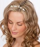 Svatební účes ve stylu něžné víly, s čelenkou a zvlněnými vlasy