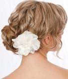 Květina ve zvlněných vlasech, upravených na svatbu