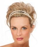 Svatební účes s dvojitou čelenkou zdobící upravené vlasy na temeni