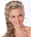 Perlová čelenka doplňující účes na svatbu ze zvlněných, polovyčesaných vlasů
