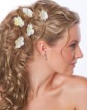 Svatební květinky zdobící záplavu vlnitých dlouhých vlasů