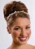 Elegantní jemná čelenka ve vlasech vyčesaných do vysokého svatebního drdolu