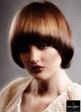 Dívčí účes z polodlouhých vlasů upravených do kulata