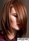Stylizovaná dlouhá ofina do obličeje na setříhaných polodlouhých vlasech