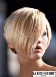 Nápadná asymetrická patka na krátkých blond vlasech