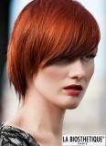 Šmrncovní rezavá barva na krátce setříhaných vlasech s ofinou