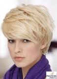 Hravě ženský účes z krátkých sestříhaných vlasů