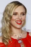 Scarlett Johansson - Jednoduchá noblesa na večer z rozpuštěných, zvlněných vlasů