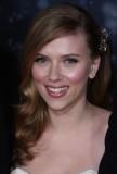 Scarlett Johansson - Účes, ozdobený broží, z dlouhých vlnitých vlasů