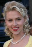 Scarlett Johansson - Velmi ženský, večerní účes z polovyčesaných, vlnitých  vlasů