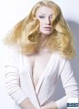 Extravagantní účes ze spodních kudrlin přikrytých rovnými vlasy