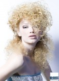 Nespoutané kudrliny na dlouhých blond vlasech