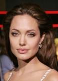 Angelina Jolie - Měkce vyčesaná ofina z čela dovrchu na rozpuštěných vlasech