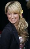 Ashley Tisdale - Výrazný květinový doplněk v culíku na bok