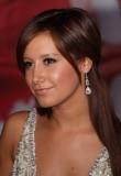 Ashley Tisdale - Elegantní, hladce napůl sepnuté vlasy s ofinou na bok