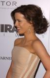 Kate Beckinsale - Elegantní ležérnost v drdolu z hustých zvlněných vlasů