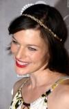 Milla Jovovich - Zlatá čelenka jako