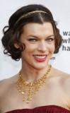 Milla Jovovich - Elegantní zlatá čelenka ozvláštňující vlnité mikádo