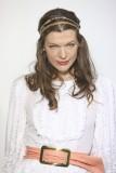 Milla Jovovich - Bájný účes se zlatou čelenkou v jemně vlnitých, dlouhých vlasech