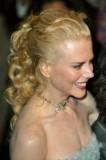 Nicole Kidman - Dozadu sčesaný společenský účes z vlnitých dlouhých vlasů