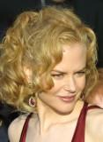 Nicole Kidman - Načesaná vlnitá hříva z dlouhých světlých vlasů do společnosti