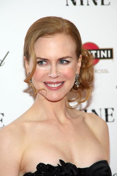 Nicole Kidman - Společenský drdol stylizovaný na bok z vlnitých vlasů