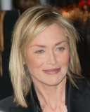 Sharon Stone - Tupě zastřižená mikádová délka na rovných světlých vlasech