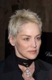 Sharon Stone - Platinově blond na velmi krátkých vlasech