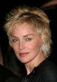 Sharon Stone - Omlazující velmi krátká ofina na střapatém účesu