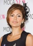 Eva Mendes - Večerní aplikace zdobící sčesané vlasy do drdolu