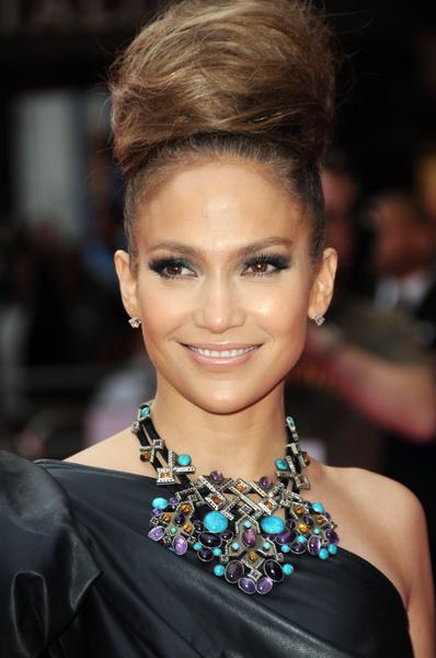 Jennifer Lopez - Velmi objemný drdol na temeni hlavy jako výrazný účes na večer