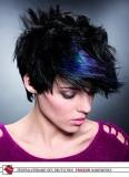 Akční extravagance barevného melíru v černých, krátkých vlasech