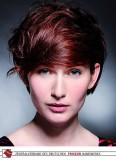 Červený odstín na vlasech stylizovaných přes čelo