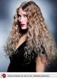 Velmi dlouhá délka vlnitých, světlých vlasů