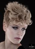 Objemně upravené vlasy na temeni, na bocích a krku velmi krátké