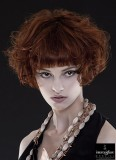 Glamour styl zvlněného mikáda v měděném odstínu