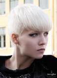 Chladný styl velmi krátkých vlasů s rovnou ofinou
