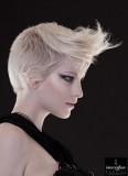Odvážný účes s punkovou stylizací ofiny na krátkých vlasech