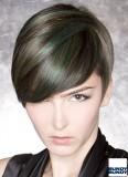 Ambiciozní výraz barevného promelírování v krátkých vlasech