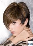 Asymetrie v krátkých vlasech se světlým melírem