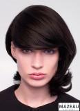 Rafinovaná ofina s pěšinou na boku na polodlouhých vlasech