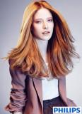 Okouzlující měděná na rozpuštěných dlouhých vlasech