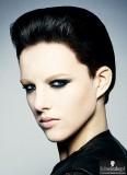 Chladná uhlazenost černých krátkých vlasů