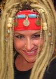 Blond dredy v etno stylu se zdobenou čelenkou