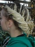 Dredový smotaný drdol ze světlých vlasů