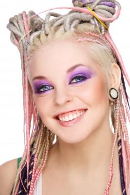 Dredy v blond v kombinaci růžovo-fialové