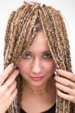 Rasta copánky z dlouhých blond vlasů