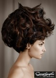 Ohromující extravagantní objem z tmavě hnědých vlasů