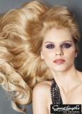 Rozprostřené vlny z dlouhých vlasů blond barvy
