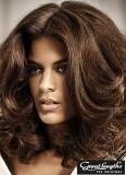 Velkorysý objem na lehce zvlněných polodlouhých vlasech